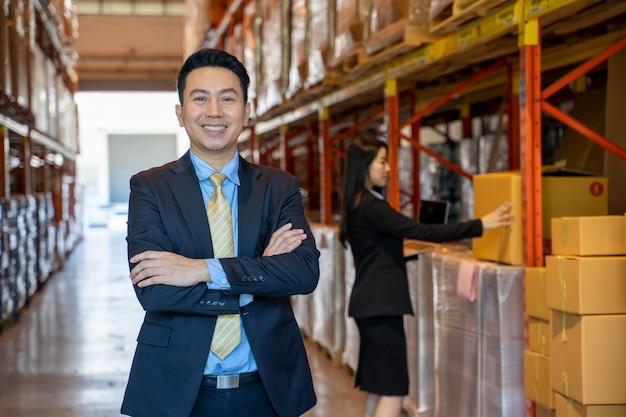 Retrato de gerentes de armazém e trabalhador trabalhando juntos em um grande armazém