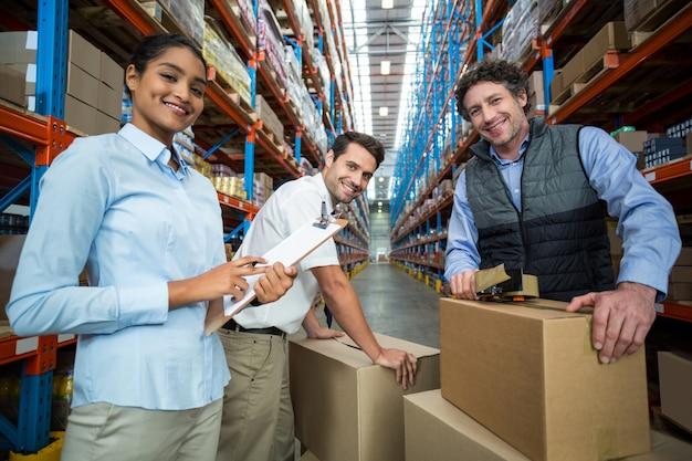 Retrato de gerentes felizes estão posando durante o trabalho
