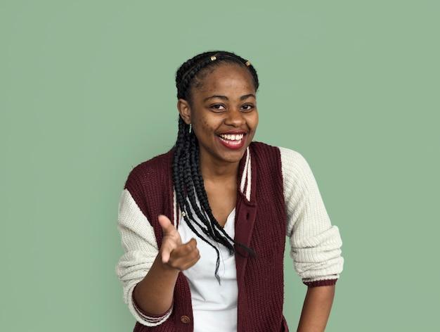 Retrato de gesto de mão alegre jovem garota negra