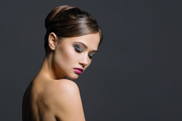 Retrato de glamour da mulher bonita
