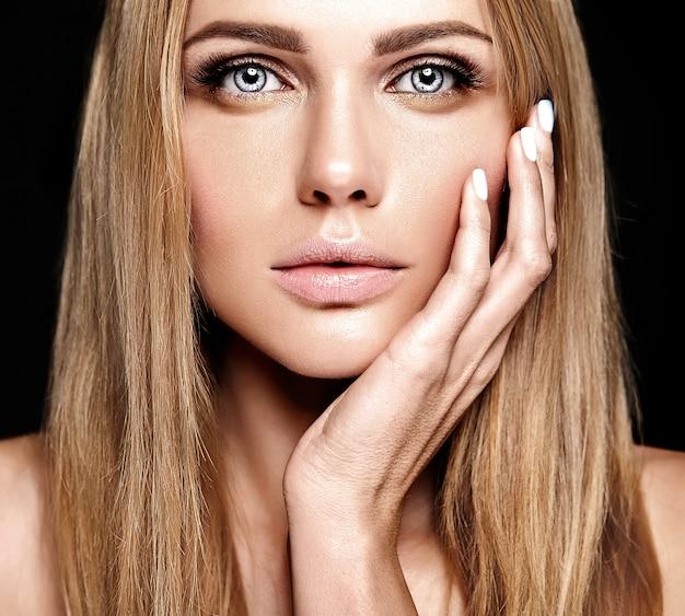 Retrato de glamour da senhora modelo linda mulher loira com maquiagem diária fresca com cor de lábios nus e rosto de pele saudável limpa