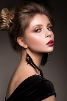Retrato de glamour do modelo de mulher bonita com lábios vermelhos