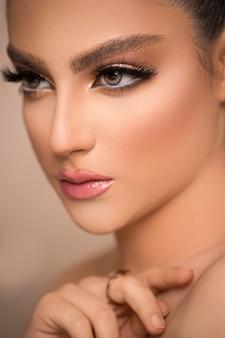 Retrato de glamour do modelo de mulher bonita com maquiagem diária fresca