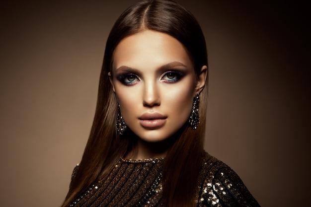Retrato de glamour do modelo de mulher bonita com maquiagem fresca e penteado romântico.