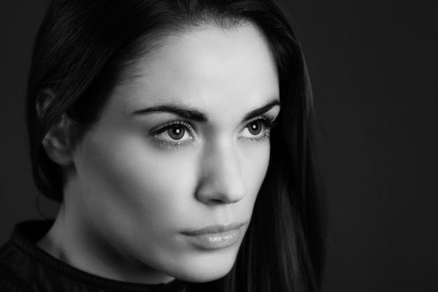 Retrato de glamour em preto e branco da modelo de mulher bonita