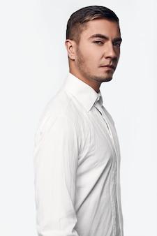 Retrato de glamour jovem homem bonito no estúdio