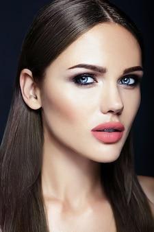 Retrato de glamour sensual da senhora modelo linda mulher com cor de lábios nus e rosto de pele limpa e saudável