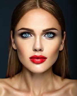 Retrato de glamour sensual da senhora modelo linda mulher com maquiagem diária fresca