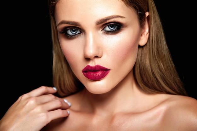 Retrato de glamour sensual da senhora modelo linda mulher loira com maquiagem diária fresca com cor de lábios nus e pele limpa e saudável.