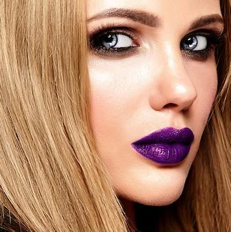 Retrato de glamour sensual da senhora modelo linda mulher loira com maquiagem diária fresca com lábios roxos cor e pele limpa e saudável