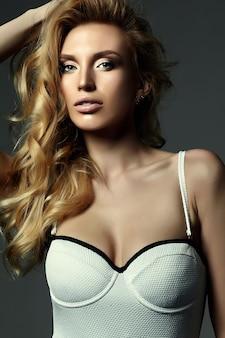 Retrato de glamour sensual da senhora modelo linda mulher loira com maquiagem fresca e cabelo encaracolado saudável