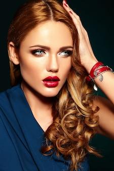 Retrato de glamour sensual do modelo de mulher bonita com maquiagem diária fresca com cor de lábios vermelhos e pele limpa, saudável.