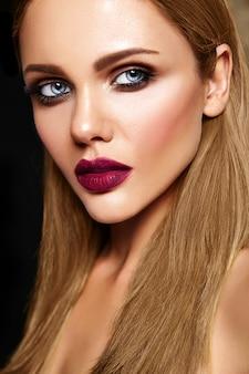 Retrato de glamour sensual do modelo de mulher bonita com maquiagem diária fresca com lábios cor de rosa escuro e rosto de pele limpa e saudável