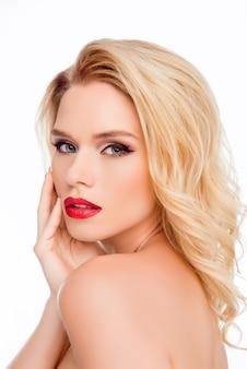 Retrato de glamour sexy linda loira tocando seu rosto