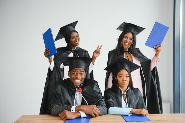 Retrato de graduados multirraciais com diploma