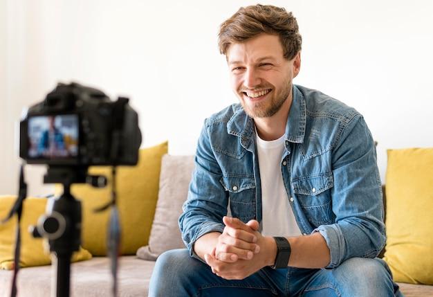 Retrato de gravação masculina adulta para blog pessoal