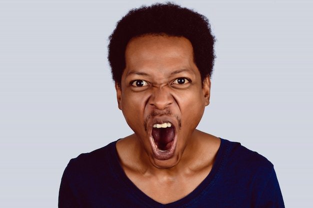 Retrato de gritar afro americano.