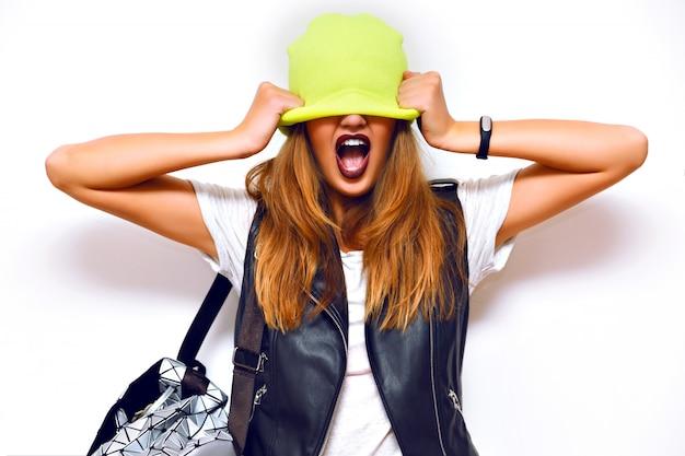 Retrato de grunge de moda interior de mulher atrevida hippie, jaqueta de couro, estilo rock, lábios escuros, flash, emoções malucas. coloque o chapéu nos olhos dela.