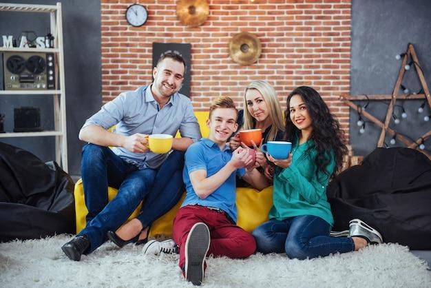 Retrato de grupo de alegres velhos amigos se comunicar uns com os outros, amigo posando no café, pessoas de estilo urbano se divertindo, s sobre estilo de vida de juventude união. wifi conectado