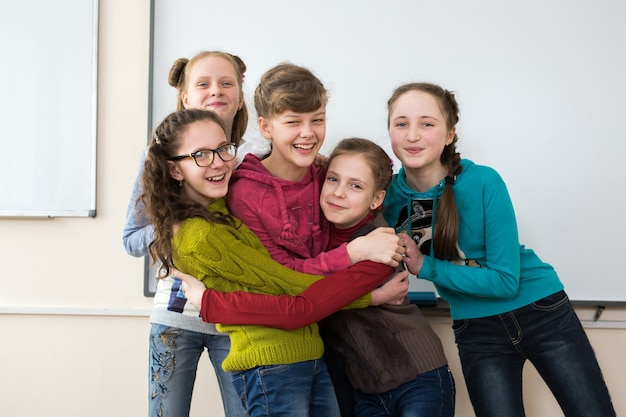 Retrato de grupo de crianças do ensino fundamental