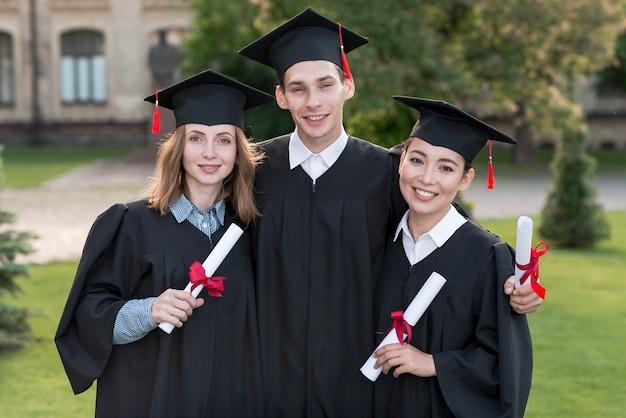 Retrato, de, grupo, de, estudantes, celebrando, seu, graduação