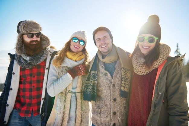 Retrato de grupo de quatro amigos