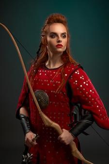 Retrato de guerreira atraente vestindo armadura vermelha