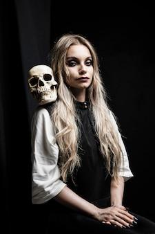 Retrato de halloween da mulher com crânio