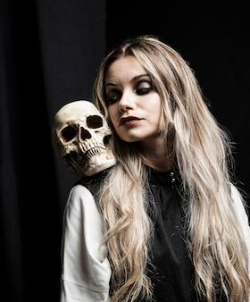 Retrato de halloween da mulher loira