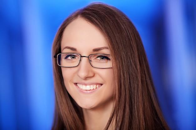 Retrato de headshot medicine.closeup de mulher amigável, alegre, sorridente, confiante, profissional de saúde em bata azul.