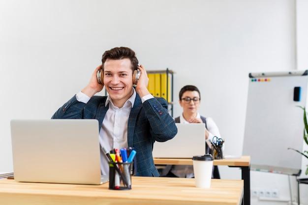 Retrato de homem adulto, aproveitando o trabalho do escritório