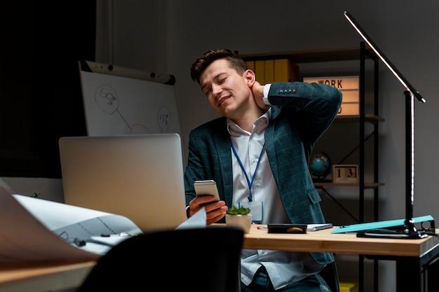Retrato de homem adulto cansado de trabalhar à noite