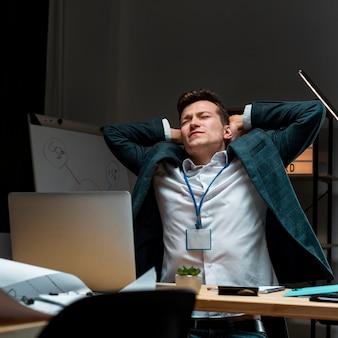 Retrato de homem adulto cansado depois de trabalhar à noite
