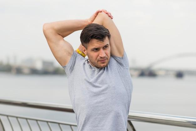 Retrato de homem adulto, estendendo-se ao ar livre