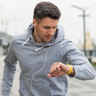 Retrato de homem adulto exercitando ao ar livre