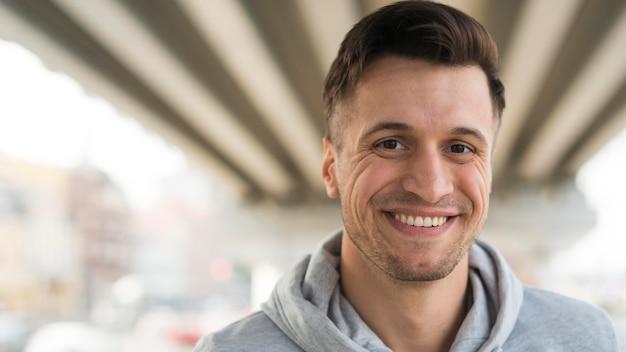 Retrato de homem adulto feliz sorrindo