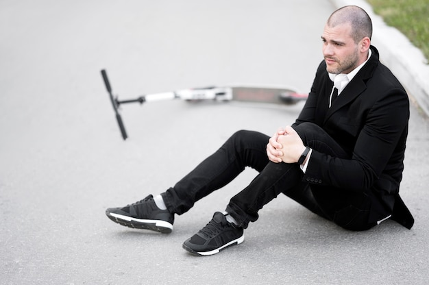 Retrato de homem adulto ferido após andar de scooter