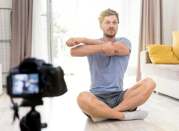 Retrato de homem adulto, gravando-se treinando