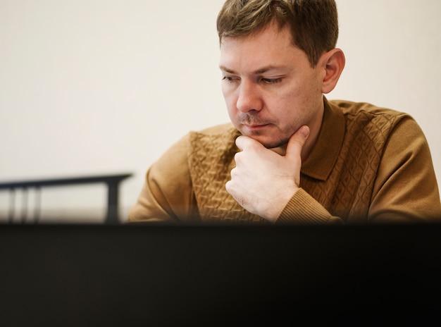 Retrato de homem adulto pensando no trabalho