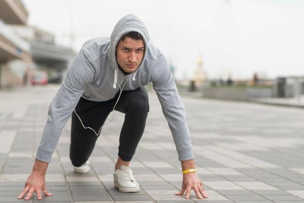 Retrato de homem adulto, preparando-se para correr