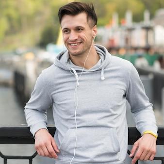 Retrato de homem adulto sorrindo