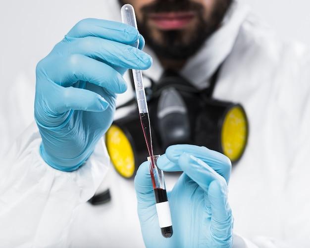 Retrato de homem adulto, tirando amostras médicas