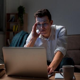 Retrato de homem adulto, trabalhando em casa