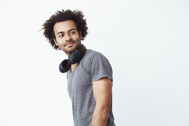 Retrato de homem africano bonito com fones de ouvido