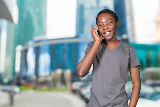 Retrato, de, homem africano, conversa telefone, isolado