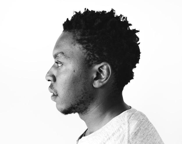 Retrato de homem africano etnia atirar em um estúdio