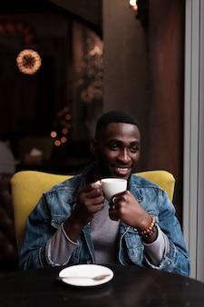 Retrato de homem afro-americano atraente