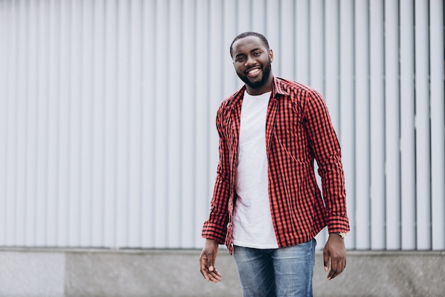 Retrato de homem afro-americano bonito vestindo roupas casuais
