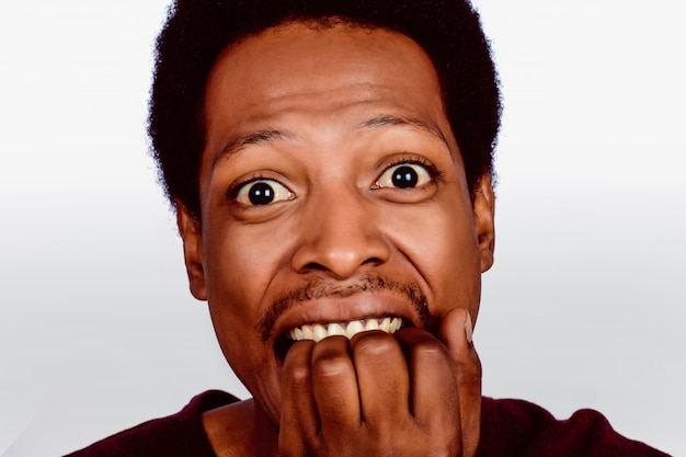 Retrato de homem afro-americano chocado.