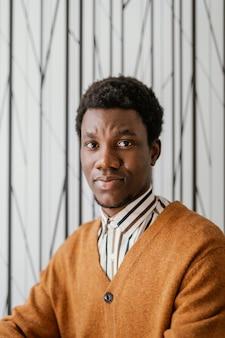 Retrato de homem afro-americano em casa
